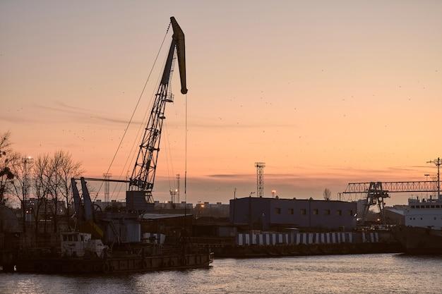 Containerkraan op zonsondergang