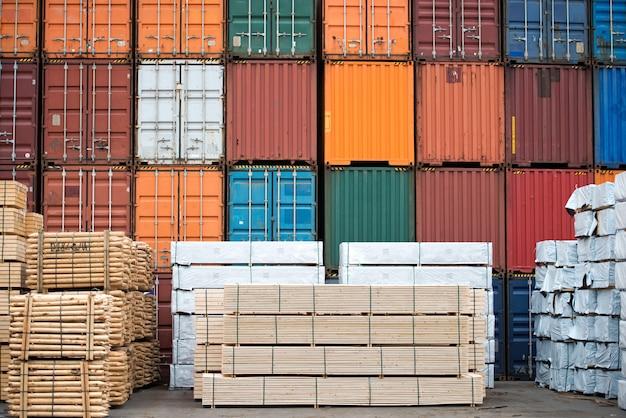 Containers en netjes gestapelde houtvoorraad.