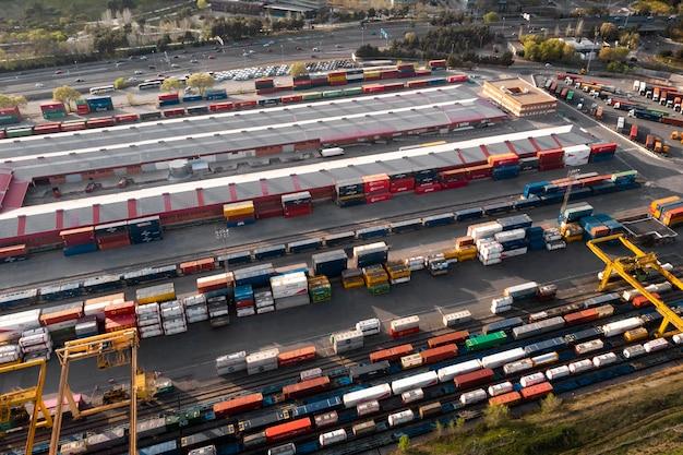 Containers en spoorwegen verzending concept