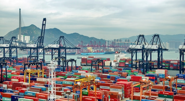 Containers in de commerciële haven van hong kong