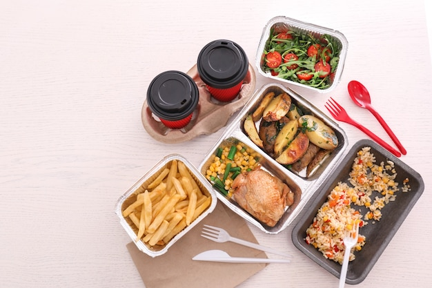 Containers met smakelijke afhaalmaaltijden op licht