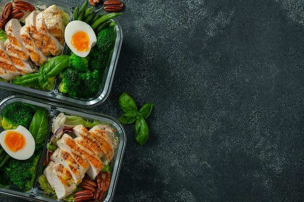 Containers voor gezonde maaltijden met kipfilet.