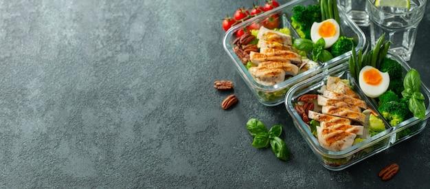 Containers voor gezonde maaltijden met kipfilet. Premium Foto