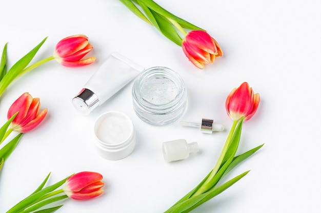 Containers voor huidverzorging, remedies en schoonheidsproducten met crème en serumtulp