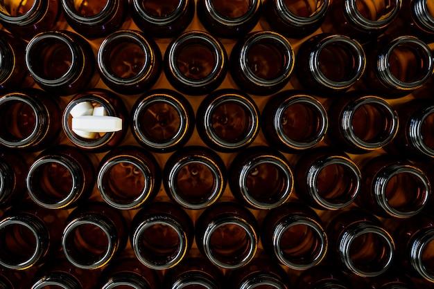 Containers voor lege medicijnen behalve één vol pillen