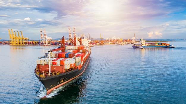 Containerschip aankomst in commerciële haven.