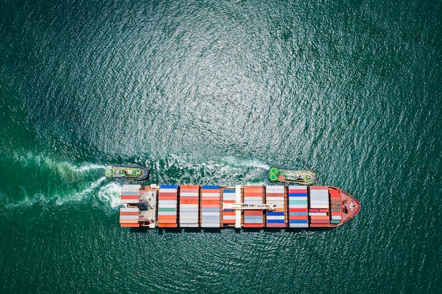 Containerschip dat op zee vaart