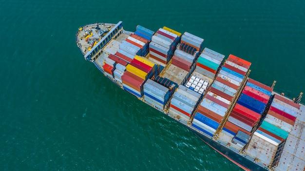 Containerschip die in haven, containerschip aankomen die naar diepzeehaven, logistische bedrijfsimport exporteren verschepend en vervoer, luchtmening gaan.