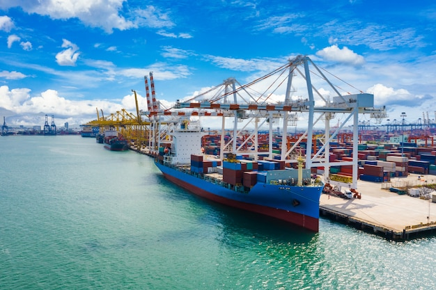Containerschip en terminal laden en lossen met kraan