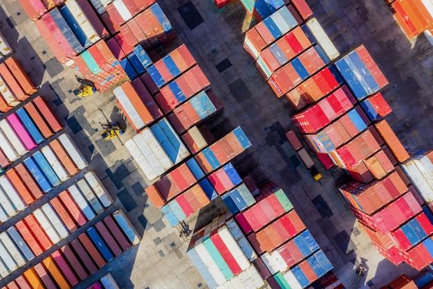 Containerschip in export en import bedrijf en logistiek