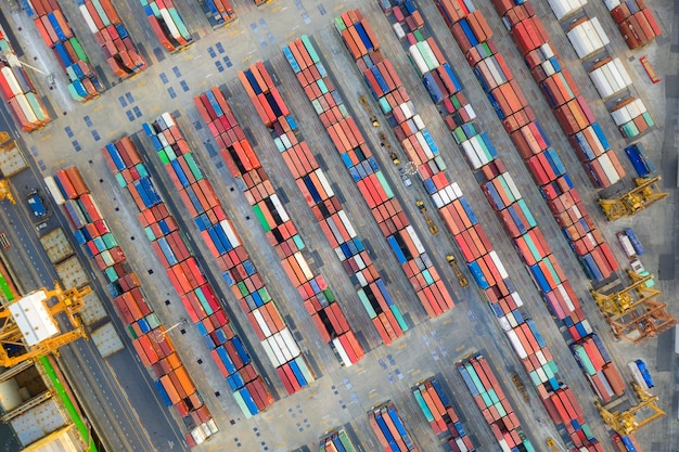 Containerschip in export en import bedrijfslogistiek en transport