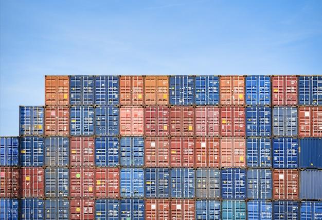 Containerschip in export- en importactiviteiten en logistiek in de haven