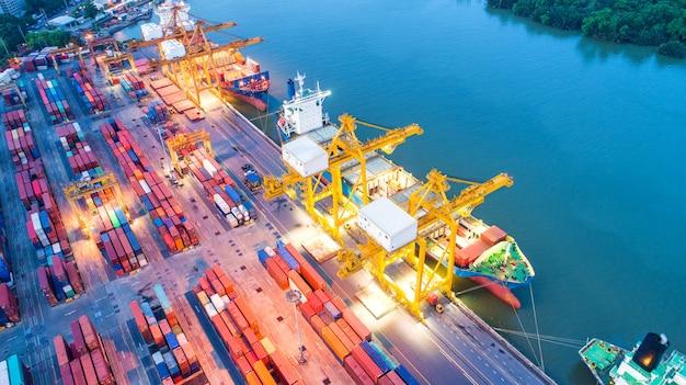 Containerschip in export- en importactiviteiten en logistiek.