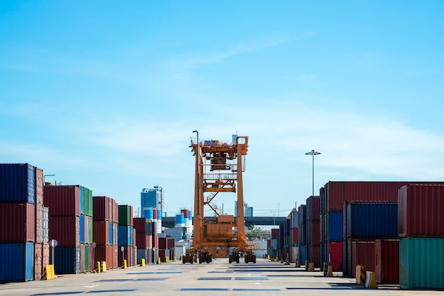 Containerschip in import en export bedrijfslogistiek gebied