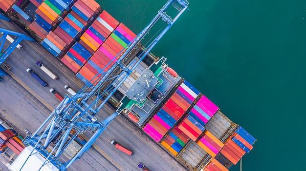 Containerschip laden en lossen in de diepzeehaven