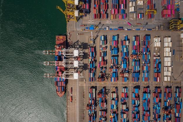 Containerschip laden en lossen in zeehaven, luchtfoto van zakelijke logistieke import en export vrachtvervoer per containerschip in de haven, container laden vrachtvrachtschip,