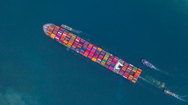 Containerschip met container luchtfoto, zakelijke import en export logistiek en transport van internationaal per containerschip in de open zee, met kopie ruimte.