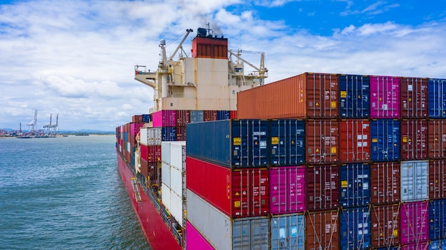Containerschip met container voor import en export van bedrijfsvracht, luchtfoto containerschip aankomst in commerciële haven.