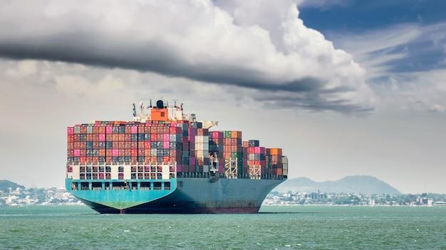 Containerschip met vrachtdozen