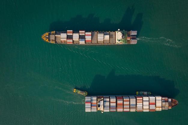 Containerschip of vrachtvervoer bedrijfslogistiek import en export vrachtvervoer per containerschip in open zee,