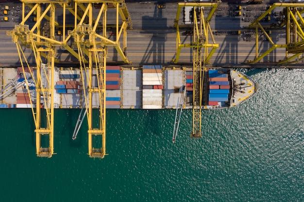 Containerschipterminal en kadekraan van containerschip in industriële haven met containerschip