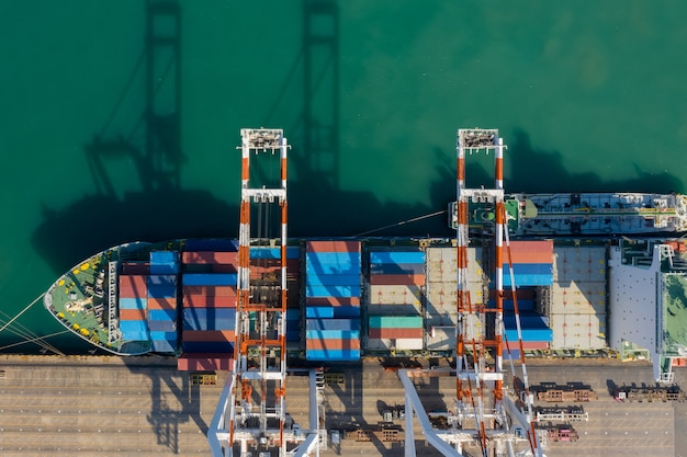 Containerschipterminal en kadekraan van containerschip in industriële haven met zeecontainerschip, maritieme vracht vrachtschip import export zakelijke service logistiek internationaal