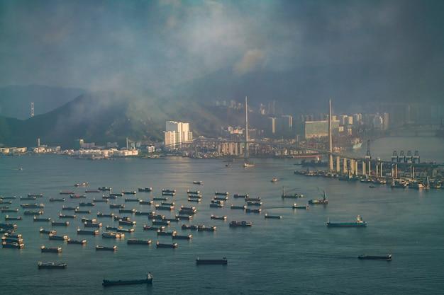 Containervrachtschip die op beschikbare haven in hongkong wachten