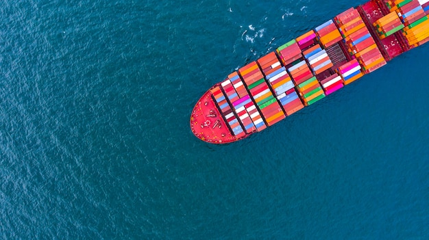 Containervrachtschip in bedrijfslogistiek bij het overzees
