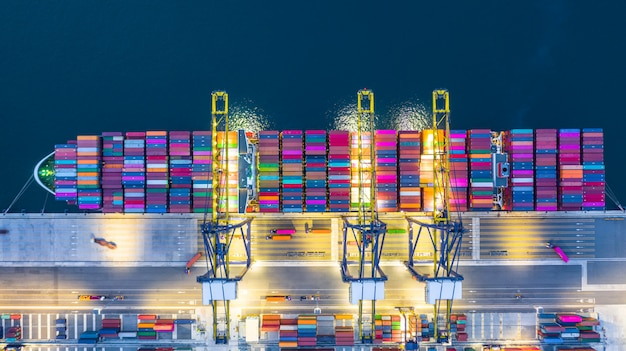 Containervrachtschip in bedrijfslogistiek bij nacht
