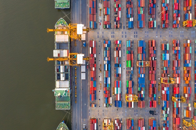 Containervrachtschip in import-export bedrijfslogistiek 's nachts, vrachtvervoer, luchtfoto.