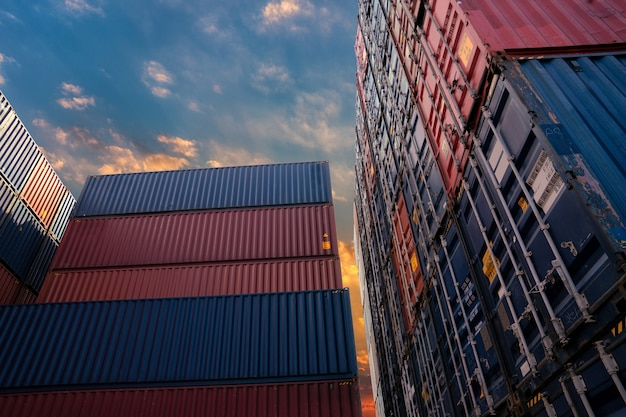 Containerwerf voor logistiek, import- en exportconcept.