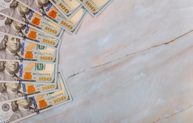 Contant geld van honderd dollarsrekeningen op marmeren achtergrond. detailopname.