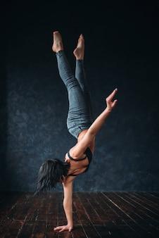 Contemp dans gymnastische oefening in de studio