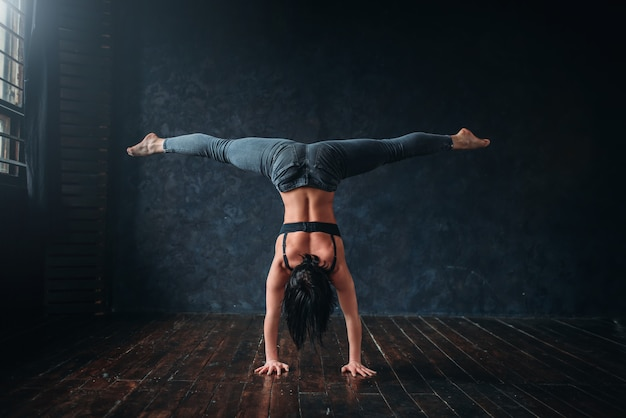 Contemp-dansoefening in dansles. energie sport vrouw poseren in studio