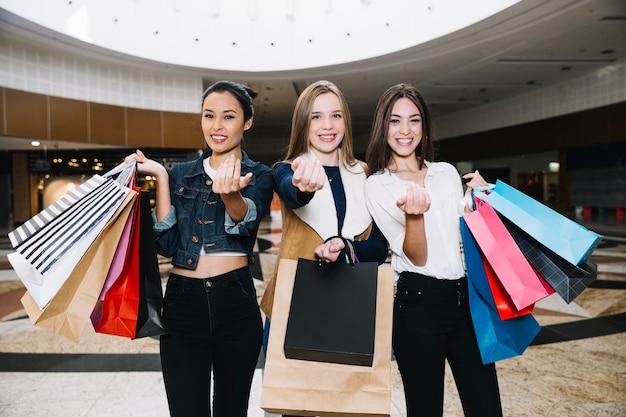 Content-meiden die naar het winkelcentrum bellen