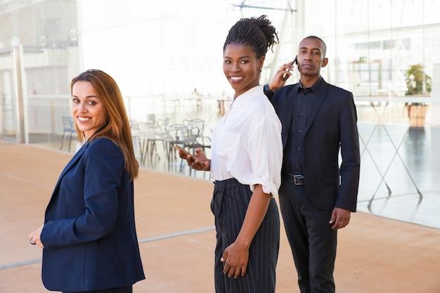 Content ondernemende multi-etnische zakenmensen in de lobby