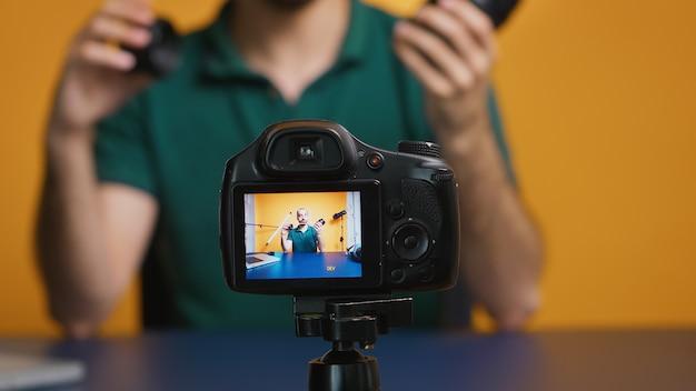 Contentmaker aan het woord over cameralenzen voor online vlog. cameralenstechnologie digitale opname social media influencer content creator, professionele studio voor podcast, vloggen en bloggen