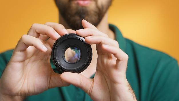 Contentmaker test cameralens tijdens het opnemen van vlog-afleveringen voor abonnees. cameralenstechnologie digitale opname social media influencer content creator, professionele studio voor podcast, vlog