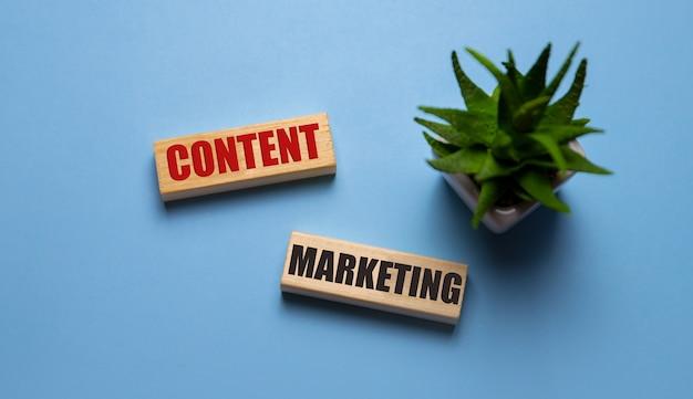 Contentmarketing geschreven op houten blokken op blauw