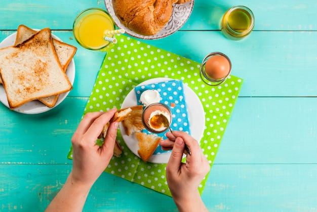 Continentaal ontbijt in de zomer of lente