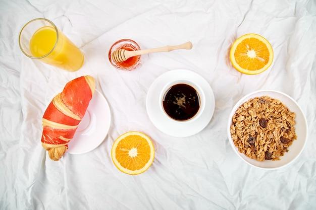 Continentaal ontbijt op witte lakens.
