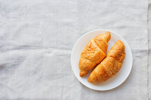 Continentaal ontbijt - paar croissants op homespun servet.