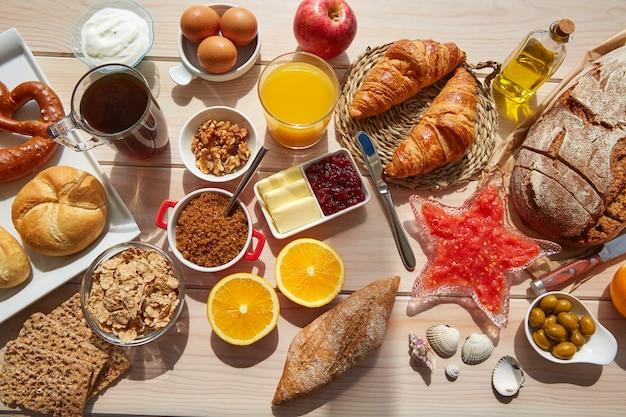 Continentaal ontbijtbuffet met koffie