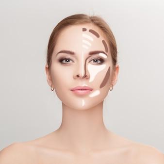 Contouren. make-up vrouw gezicht op grijze achtergrond. contour en markeer make-up. professioneel gezichtsmake-up monster