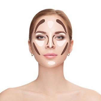 Contouren. make-up vrouw gezicht op witte achtergrond. contour en markeer make-up. professioneel gezichtsmake-up monster