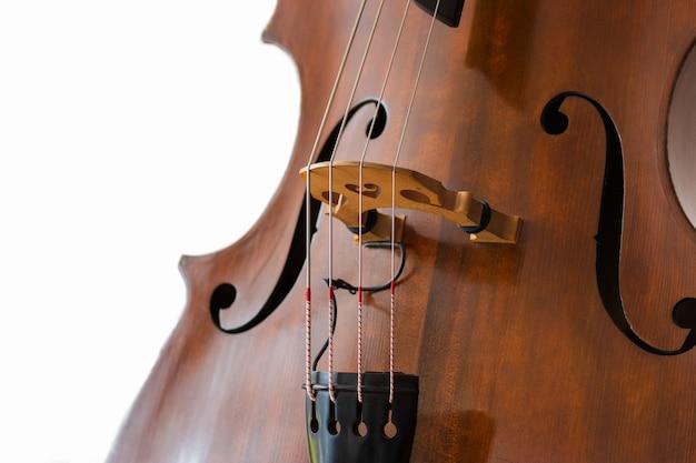 Contrabas details. houten snaarinstrument close-up. wit