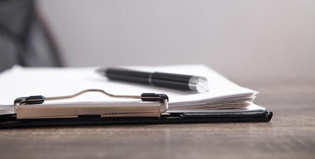 Contract en pen op het bureau. bedrijfsconcept