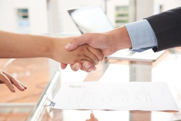 Contract sluiten op kantoor