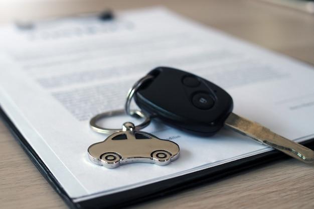 Contractdocumenten voor het brengen van een auto om een hypotheekcontract te sluiten om een lening te garanderen.