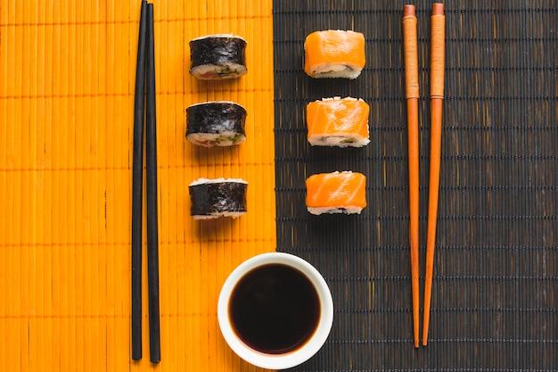 Contrast van sushi plateren op bamboe mat